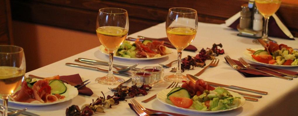 Poseďte si s priateľmi v príjemnej atmosfére pri chutných jedlách a originálnych nápojoch