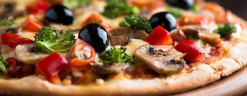 Pestrá ponuka pízz priamo z pece je pripravovaná z čerstvých surovín a kvalitných ingrediencií