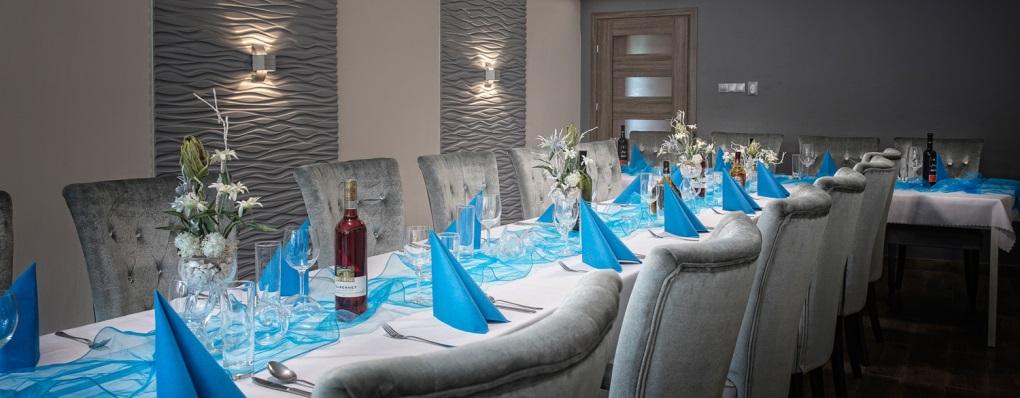 Moderné a útulné prostredie salónika pre spoločné stretnutia a slávnostné chvíle